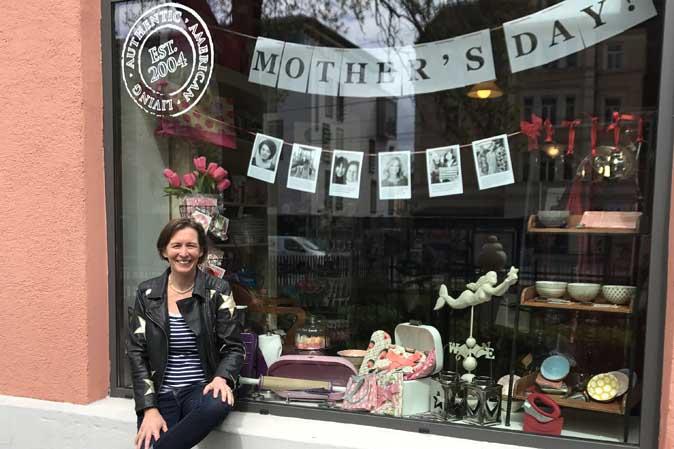 Sabine Ryan vor dem Muttertagsschaufenster bei American Heritage München