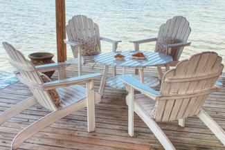 Adirondack-Stühle am Wasser