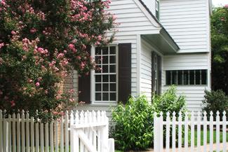 Haus im Amerikanischen Wohnstil mit Vordergarten