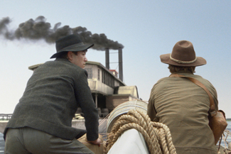 Zwei Männer auf See mit einem Schiff im Hintergrung